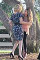 sarah hyland julie bowen hide tree modfam filming 04