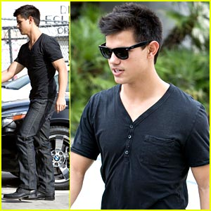 Taylor Lautner Grabs Grub at The Grill