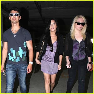Joe Jonas &#038; Demi Lovato: Church-Going Couple