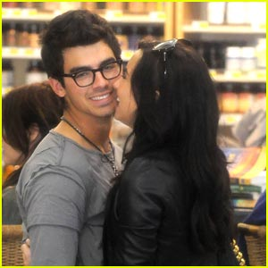 Joe Jonas &#038; Demi Lovato: Grocery Giggly