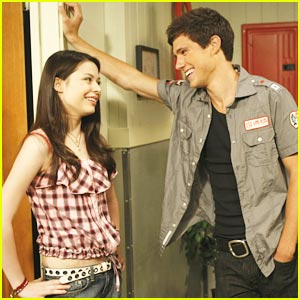 Miranda Cosgrove & Drew Roy Flirt with the Heat