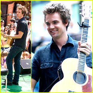Tyler Hilton Checks Out Chicago