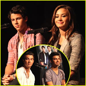 Demi Lovato & Jonas Brothers Chat in Chicago