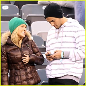 Hayden Panettiere: Football Fan!