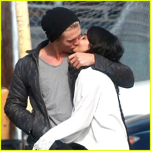 Vanessa Hudgens & Austin Butler: Kissing Couple!