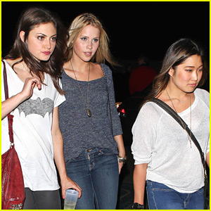 Phoebe Tonkin &#038; Claire Holt: Coldplay Concert Cuties