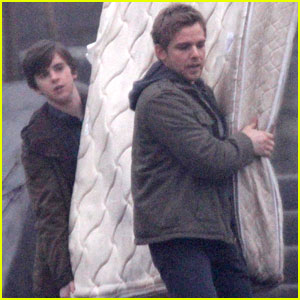 Freddie Highmore: 'Bates Motel' Mattress Removal!