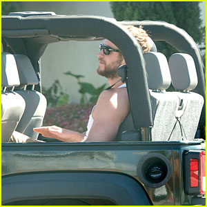 Liam Hemsworth: Cruising with Buddies!