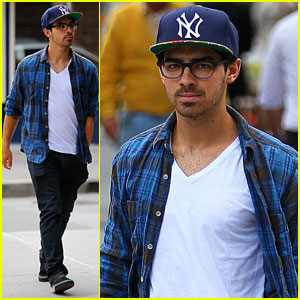 Joe Jonas: Yankees Cap in NYC