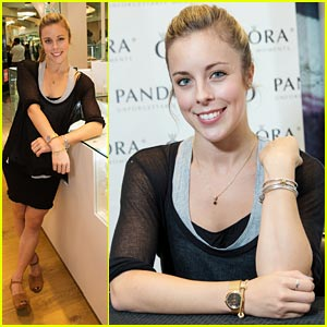 Ashley Wagner: Pandora Store Appearance in Washington!