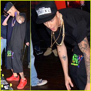 Justin Bieber Skateboard Tricks inside Super Bowl Party: Pics & Video!