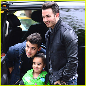 Joe & Kevin Jonas Reward Fans During Scavenger Hunt for 'Off The Record' Tour