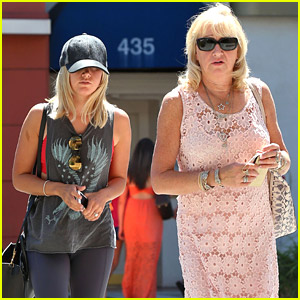 Ashley Tisdale Lunches with Mom Lisa After Teen Choice Nominations