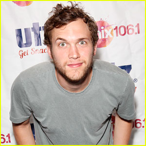 Phillip Phillips is Trying to Power Through Small Throat Problems