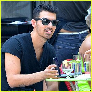 Joe Jonas Grabs Lunch with a Friend!