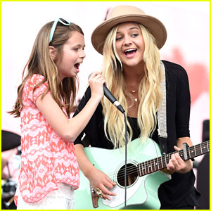 Kelsea Ballerini Sings With Fan At ACM Party For A Cause Festival