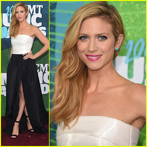 Brittany Snow Shows Off Some Leg At CMT Awards 2015