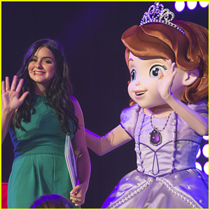 Ariel Winter Reads 'Sofia The First' To Fans At D23