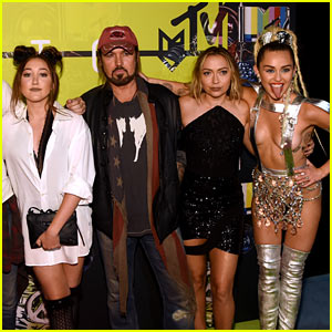 Miley Cyrus Brings Her Family to MTV VMAs 2015