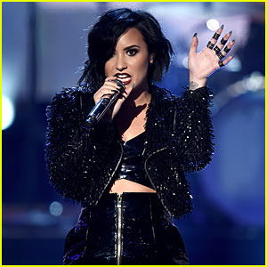 Demi Lovato Duets with Alanis Morrissette at American Music Awards - You Oughta Know!