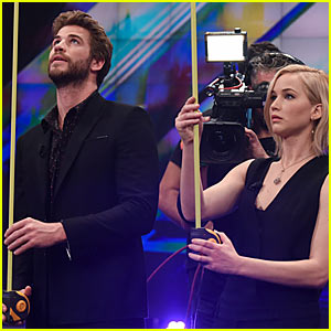 Watch Jennifer Lawrence & Liam Hemsworth Play Silly Games - Some in Spanish!