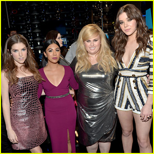 'Pitch Perfect 2' Cast Reunites at AMAs 2015
