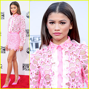 Zendaya Is a Pop of Pink at the American Music Awards 2015!
