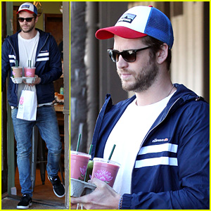 Liam Hemsworth & Miley Cyrus Dine Out with His Brothers