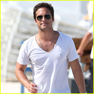 Diego Boneta Spends His Sunday at the Beach!