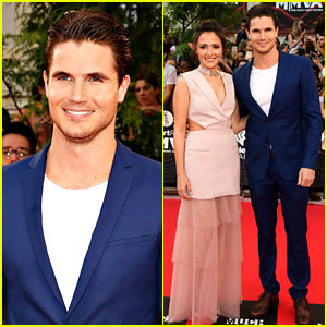 Robbie Amell & Italia Ricci Are the MMVAs' Hottest Couple!