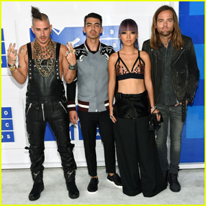 DNCE Hits the MTV VMAs Carpet Together!
