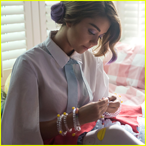 Sarah Hyland Heads To 'The' Music Festival in 'XOXO' Exclusive Clip