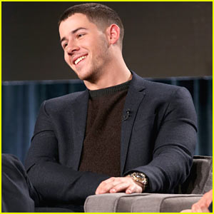 Nick Jonas Shows Off His Buff Biceps at TCA 2017!