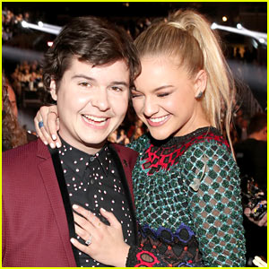 Kelsea Ballerini & Lukas Graham Are Too Adorable at Their Grammys 2017 Performance (Video)
