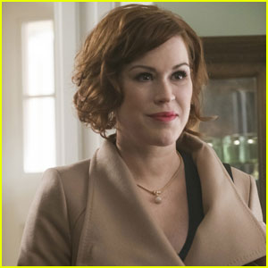 Check Out the First 'Riverdale' Footage of Molly Ringwald as Archie's Mom!