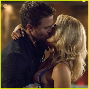 Oliver & Felicity Share Sweet Kiss in Tonight's 'Arrow' Episode
