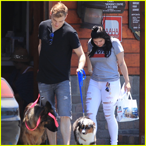 Ariel Winter & BF Levi Meaden Head to the Vet With Their Dogs!
