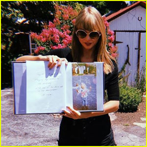 Taylor Swift Returns to Her Childhood Home With Her Besties!