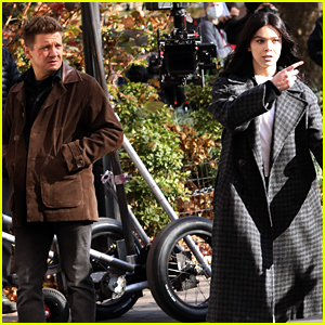 Hailee Steinfeld Films 'Hawkeye' With Jeremy Renner In NYC! (Photos)