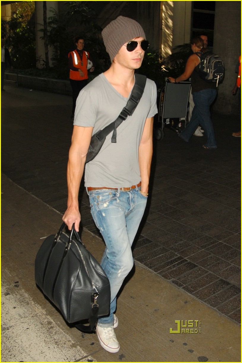 zac efron lands lax 01
