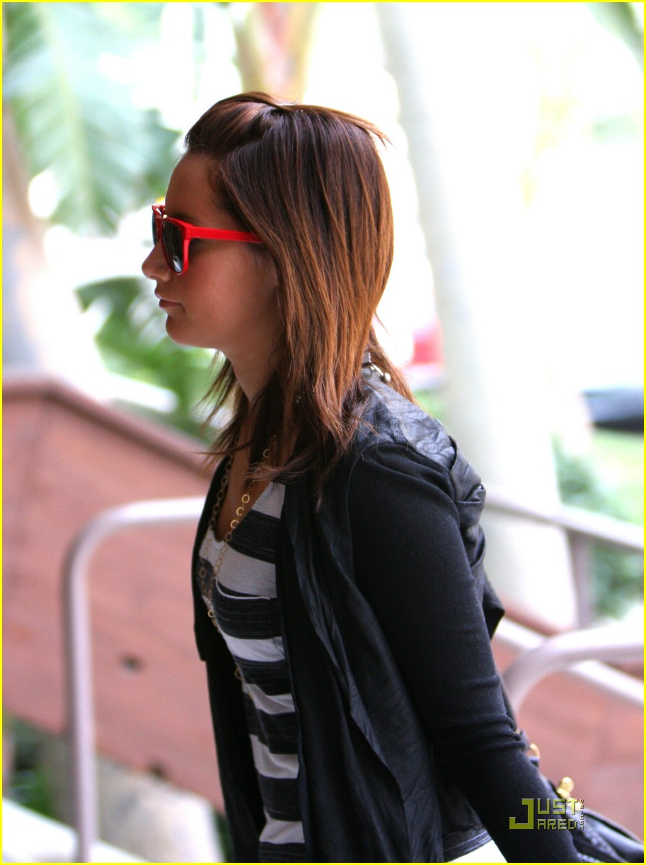 ashley tisdale red sunglasses 02