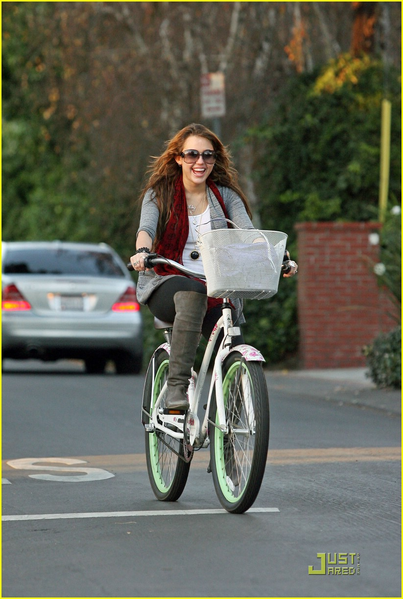 miley cyrus bike ride neighborhood 05