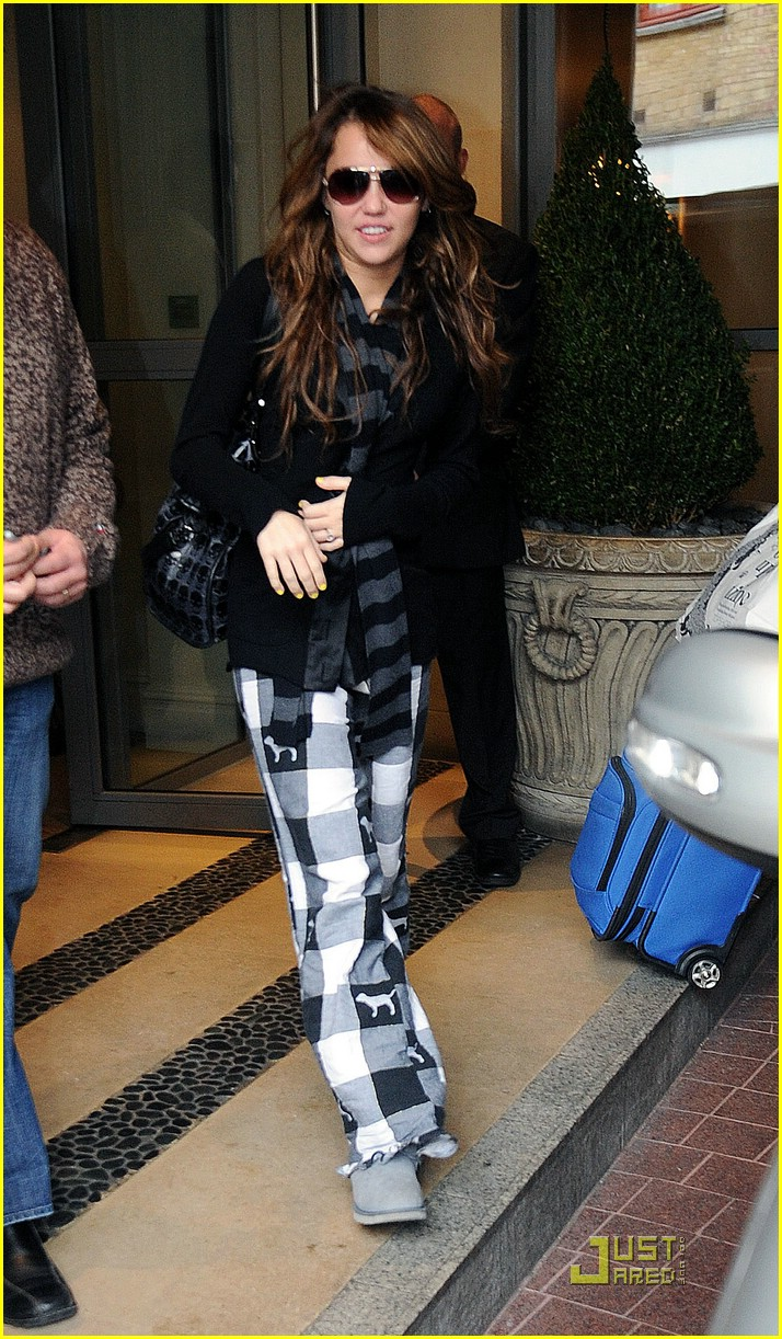 miley cyrus leaving london hotel 03