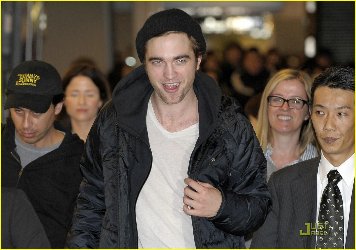 robert pattinson narita airport 06