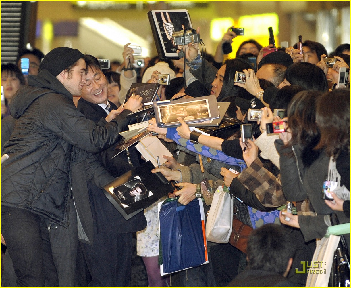 robert pattinson narita airport 08