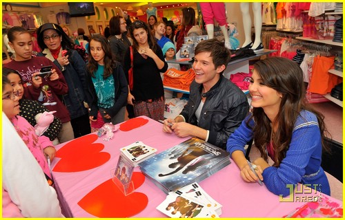 simon curtis victoria justice signing 06