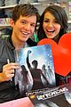 Simon-vic-spec simon curtis victoria justice signing 01