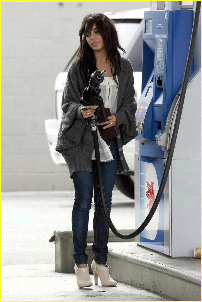 vanessa hudgens gas station 06