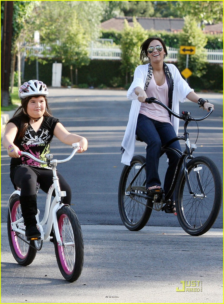 demi lovato madison del algarza bike ride 04