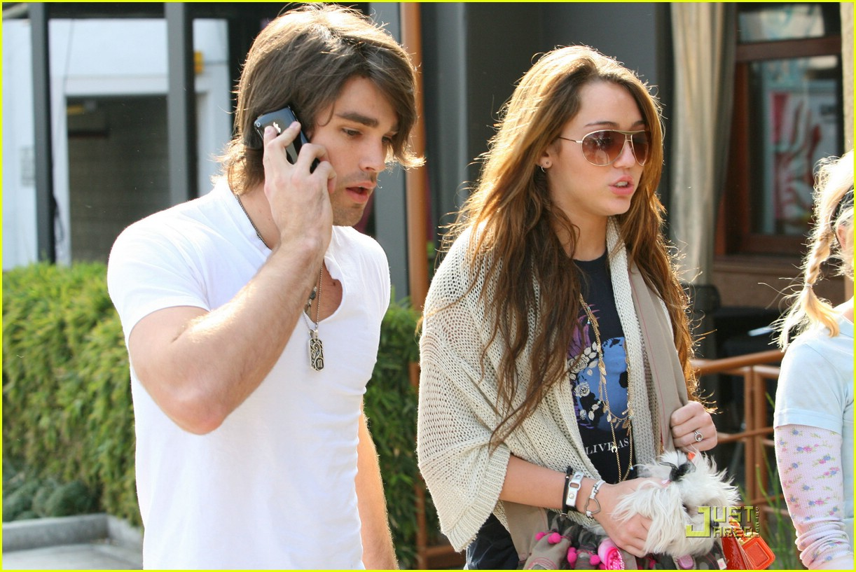 miley cyrus justin gaston market city caffe 08